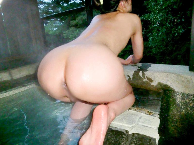 露天風呂でお尻丸出しな素人のエロ画像 75枚