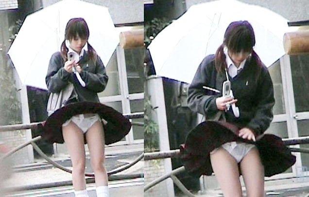 風のイタズラでスカートがめくれるJKのパンチラ画像 137枚
