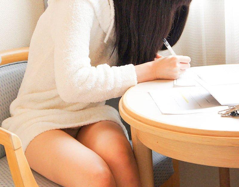 座りパンチラ女子のエロ画像まとめ 100枚