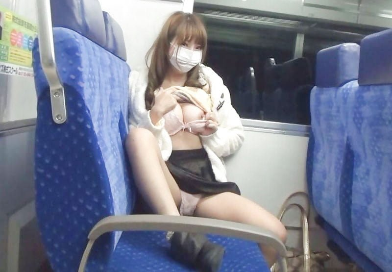 電車内で露出してる素人痴女のエロ画像 99枚