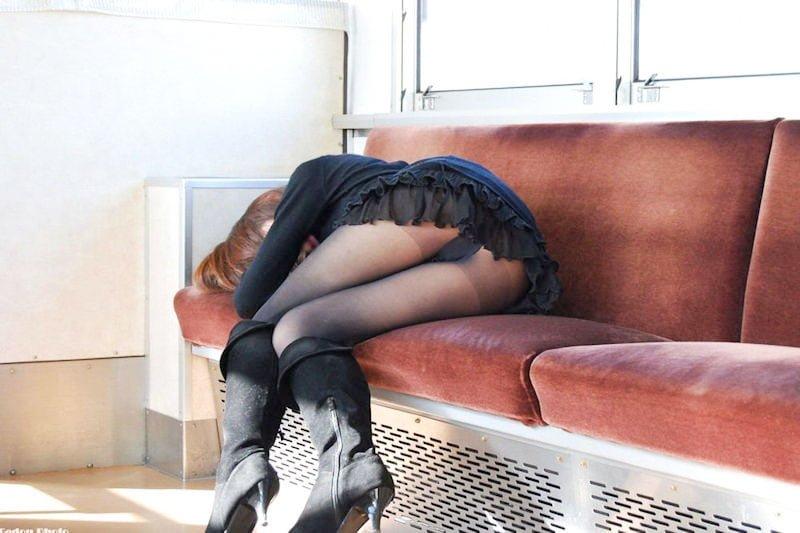 居眠り女子たちの電車内パンチラ画像 100枚